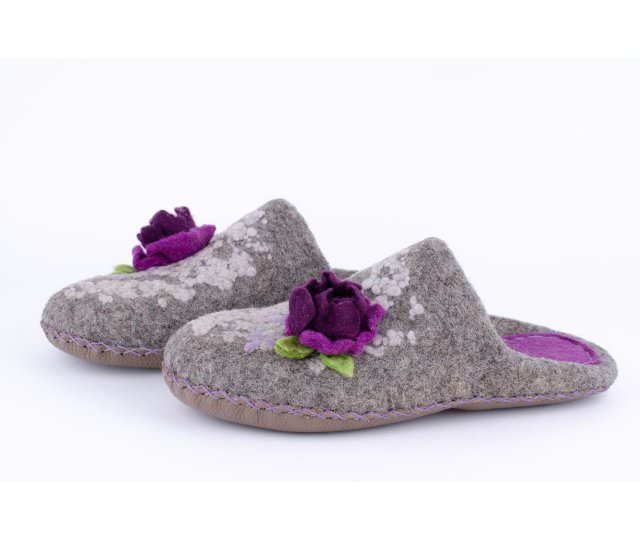 Серые тапочки с цветком валяные Иоки