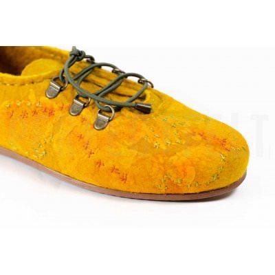 Легкие офисные туфли женские на низком каблуке желтые